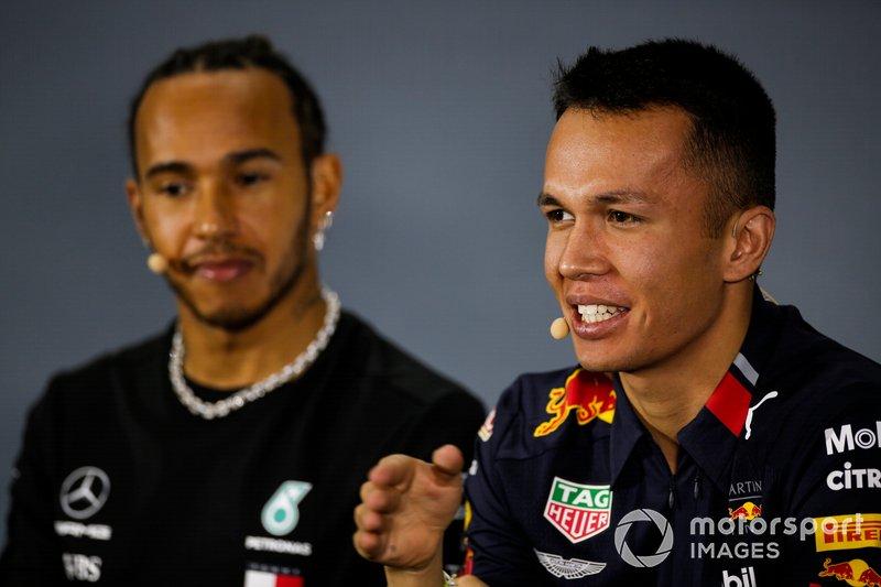 Alex Albon, Red Bull Racing e Lewis Hamilton, Mercedes AMG F1, in conferenza stampa