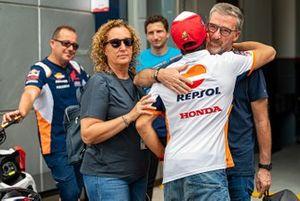 Marc Marquez, Repsol Honda Team knuffelt met zijn oom Ramon Marquez