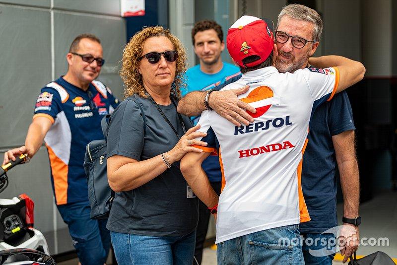Marc Marquez, Repsol Honda Team, abbraccia lo zio Ramon Marquez