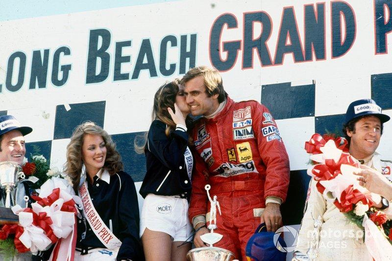 Podio: ganador de la carrera Carlos Reutemann, Ferrari, con un beso de Miss Long Beach Grand Prix, segundo lugar Mario Andretti, Lotus, tercer lugar Patrick Depailler, Tyrrell
