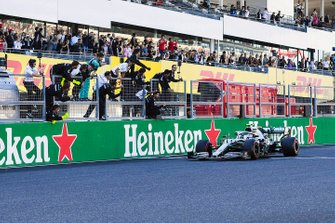 Il vincitore della gara Valtteri Bottas, Mercedes AMG W10, taglia il traguardo