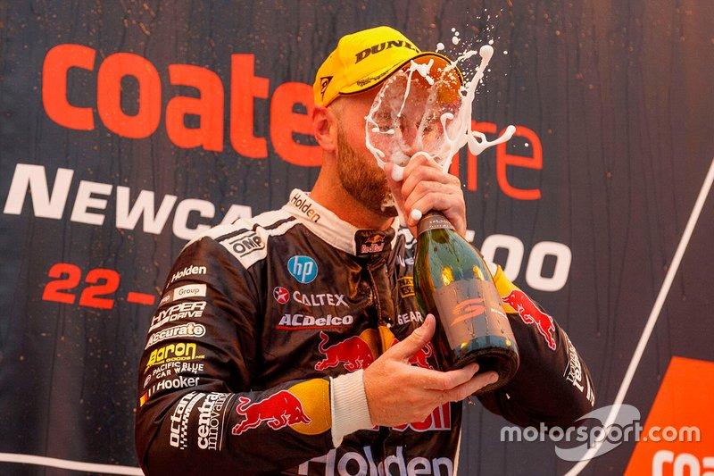 Шейн ван Гисберген после победы в одной из гонок на этапе серии Supercars в Ньюкасле
