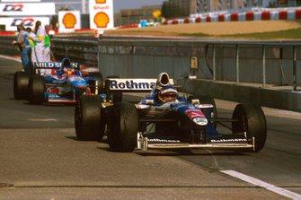 Jacques Villeneuve, Williams FW19 Renault llega al parc ferme, Jean Alesi, Benetton B197 Renault detrás