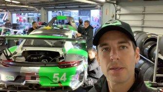 Jeroen Bleekemolen in de garage van Black Swan Racing