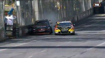Crash: Lee Holdsworth, Tickford Racing Ford, Garry Jacobson, Matt Stone Racing Holden (Screenshot)