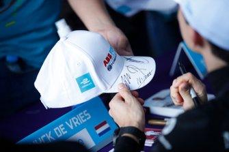 Nyck De Vries, Mercedes Benz EQ signs autographs