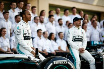 Lewis Hamilton, Mercedes AMG F1, et Valtteri Bottas, Mercedes AMG F1, posent pour une photo de groupe