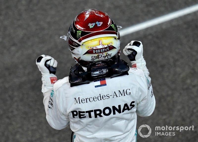 Lewis Hamilton, Mercedes AMG F1, festeggia dopo aver preso la pole