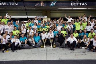 Lewis Hamilton, Mercedes AMG F1, Valtteri Bottas, Mercedes AMG F1, Toto Wolff, teambaas, Mercedes AMG, en het gehele team vieren de overwinning en het behalen van beide kampioenschappen