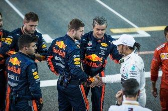 Lewis Hamilton, Mercedes AMG F1, primo classificato, stringe la mano ai meccanici della Red Bul alla fine della gara