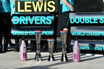 Les trophées et bouteilles de champagne de Mercedes