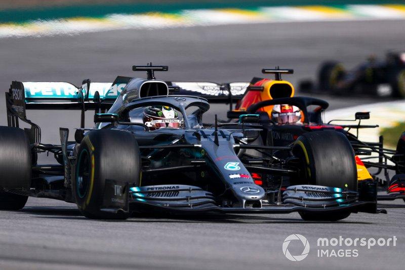 Lewis Hamilton, Mercedes AMG F1 W10 precede Max Verstappen, Red Bull Racing RB15 all'inizio della gara