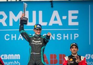 Podio: ganador de la carrera Mitch Evans, Jaguar Racing