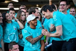 Обладатель третьего места Льюис Хэмилтон, команда Mercedes AMG F1 и её руководитель Тото Вольф
