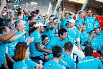 Valtteri Bottas, Mercedes AMG F1, primo classificato, Lewis Hamilton, Mercedes AMG F1, terzo classificato, e il team Mercedes festeggiano dopo la vittoria del trofeo dei costruttori 2019