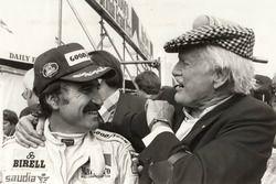 Nel 1979 Clay Regazzoni vince il GP di Gran Bretagna a Silverstone. Viene complimentato da Emmanuel
