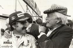 Nel 1979 Clay Regazzoni vince il GP di Gran Bretagna a Silverstone. Viene complimentato da Emmanuel De Graffenried che la stessa gara aveva vinto trent'anni prima
