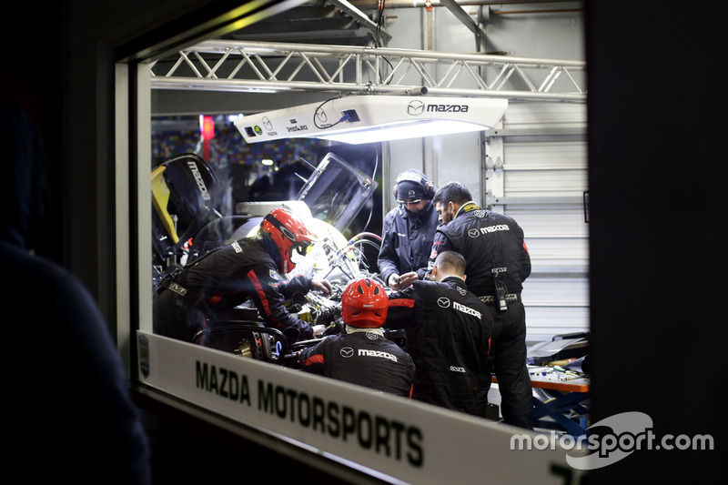 Mechanics working on the car of #70 Mazda Motorsports Mazda DPi: Joel Miller, Tom Long, James Hinchcliffe