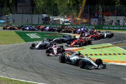 Lewis Hamilton, Mercedes AMG F1 W08 leidt na de start