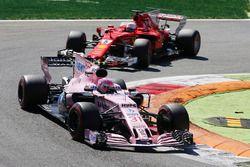 Esteban Ocon, Sahara Force India F1 VJM10, Sebastian Vettel, Ferrari SF70H