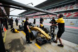Nico Hulkenberg, Renault Sport F1 Team RS17 en pits