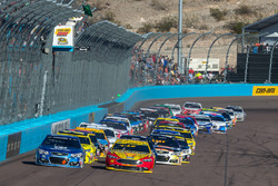 Restart: Alex Bowman, Hendrick Motorsports Chevrolet, Joey Logano, Team Penske Ford lead