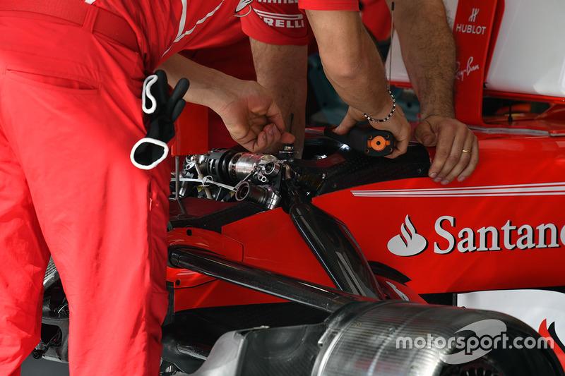 Механики Ferrari меняют настройки передней подвески SF70H
