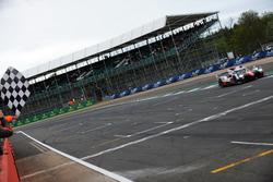 Bandiera a scacchi per #8 Toyota Gazoo Racing Toyota TS050 Hybrid: Anthony Davidson, Sébastien Buemi, Kazuki Nakajima