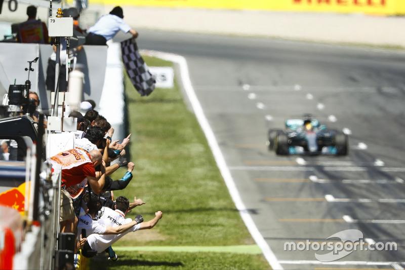 Lewis Hamilton, Mercedes AMG F1 W08, taglia per primo il traguardo
