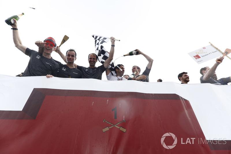 Команда McLaren, победители в гонке на плотах