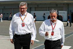 روس براون، المدير العام الرياضي للفورمولا واحد وتشايس كاري، الرئيس التنفيذي لمجلس إدارة مجموعة الفور