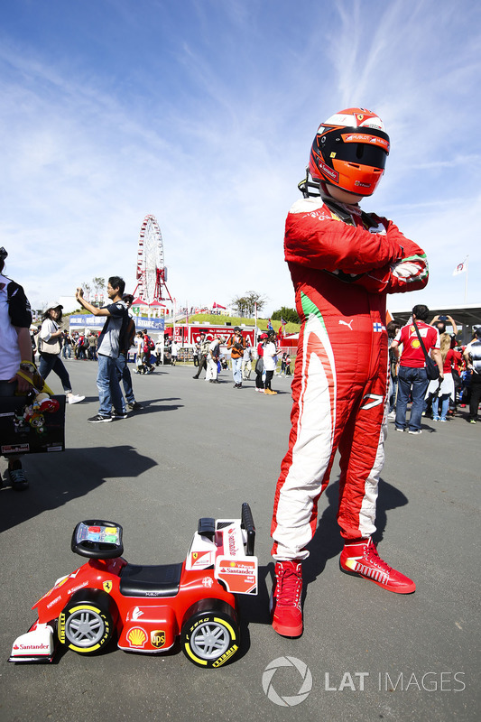 Kimi Raikkonen, Ferrari olarak giyinmiş olan taraftar