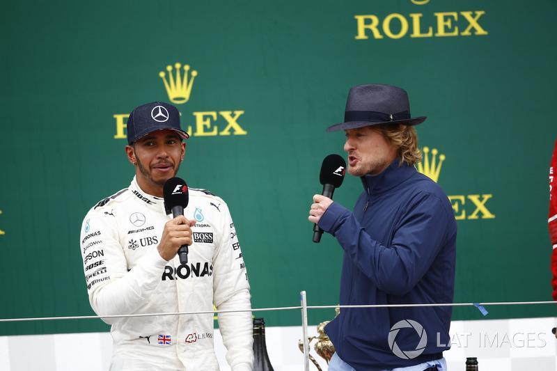 Ganador de la carrera Lewis Hamilton, Mercedes AMG F1, en el podio las entrevistas del actor Owen Wi