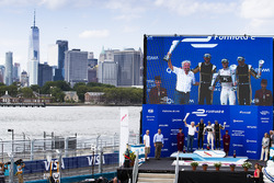 Podio: ganador de la carrera Sam Bird, DS Virgin Racing, segundo lugar Jean-Eric Vergne, Techeetah,