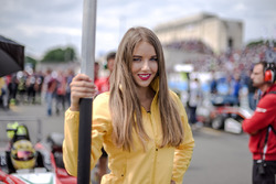 La Grid Girl de Maximilian Günther, Prema Powerteam Dallara F317 - Mercedes-Benz,