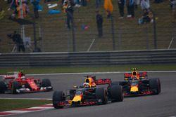 Daniel Ricciardo, Red Bull Racing RB13, Max Verstappen, Red Bull Racing RB13 y Kimi Raikkonen, Ferra