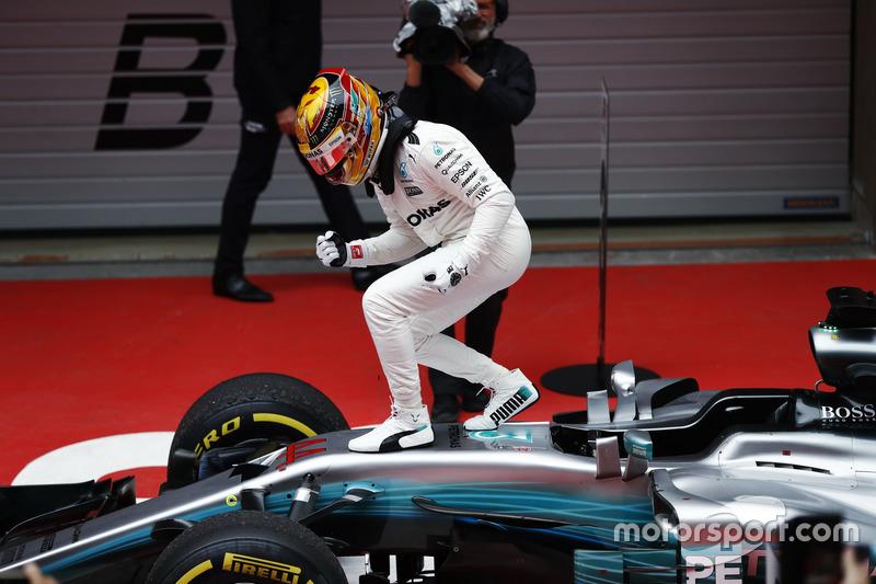 Льюис Хэмилтон празднует победу в Гран При Китая