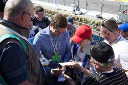 Vitaly Petrov, firma autógrafos para los fans