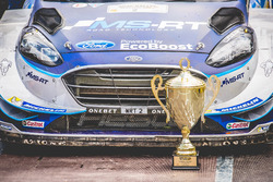 La voiture d'Ott Tänak, Martin Järveoja, Ford Fiesta WRC, M-Sport, avec le trophée