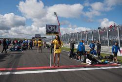 Grid girl, Lando Norris, Carlin, Dallara F317 - Volkswagen