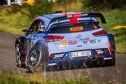Thierry Neuville, Nicolas Gilsoul, Hyundai i20 WRC, Hyundai Motorsport con una llanta rota