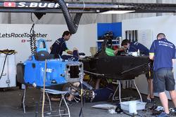 Механики Renault eDams работают над запасным автомобилем для Себастьена Буэми