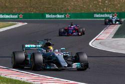 Lewis Hamilton, Mercedes AMG F1 W08, Daniil Kvyat, Scuderia Toro Rosso STR12
