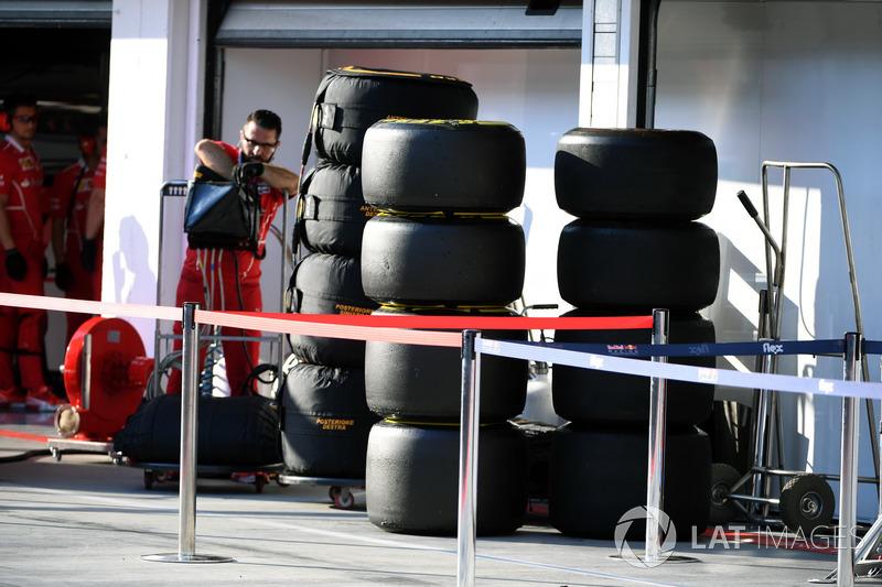 Механік Ferrari з шинами Pirelli