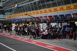 Arrêt au stand pour Carlos Sainz Jr., Scuderia Toro Rosso STR12