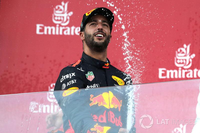 Il vincitore della gara Daniel Ricciardo, Red Bull Racing festeggia sul podio con lo champagne