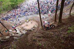 森の中を駆けるバイクと観客