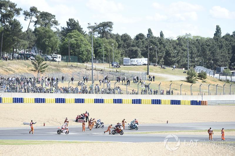 Массовые падения из-за масла во французской гонке Moto3