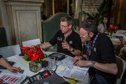 Roberto Chinchero e Bernd Maylander, Mercedes 300 SL, briefing prima della partenza