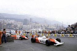 John Watson, McLaren MP4/1B-Ford Cosworth precede Andrea de Cesaris, Alfa Romeo 182